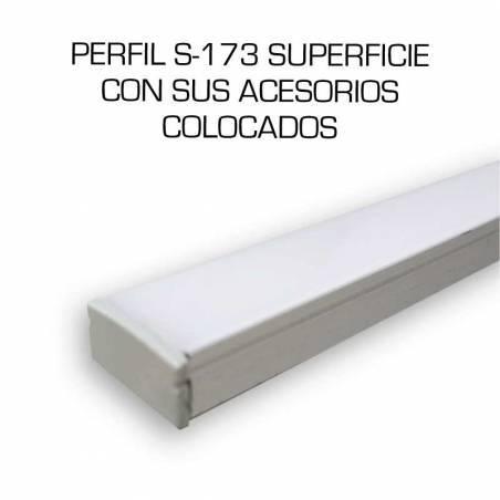 Perfil de aluminio para tiras LED, S-173 de SUPERFICIE (2 metros). Accesorios colocados.